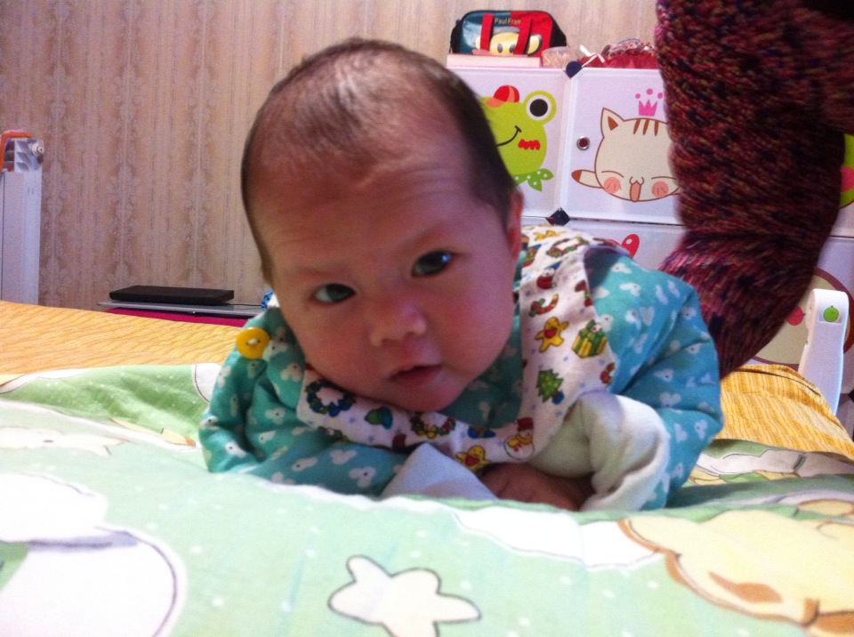 1楼 主题:[图]「宝宝趴趴秀」宝宝还不到一个月,趴了一次试试看图片
